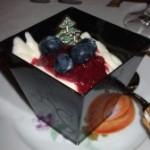 Dessert al cioccolato bianco e frutti rossi