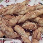 Bastoncini di sfoglia con pancetta e semi di sesamo