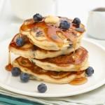 Mini pancake con sciroppo d'acero e frutti di bosco