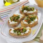 Bruschetta con burrata e verdure fresche