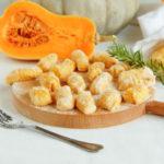 Gnocchi di zucca con robiola e champignon